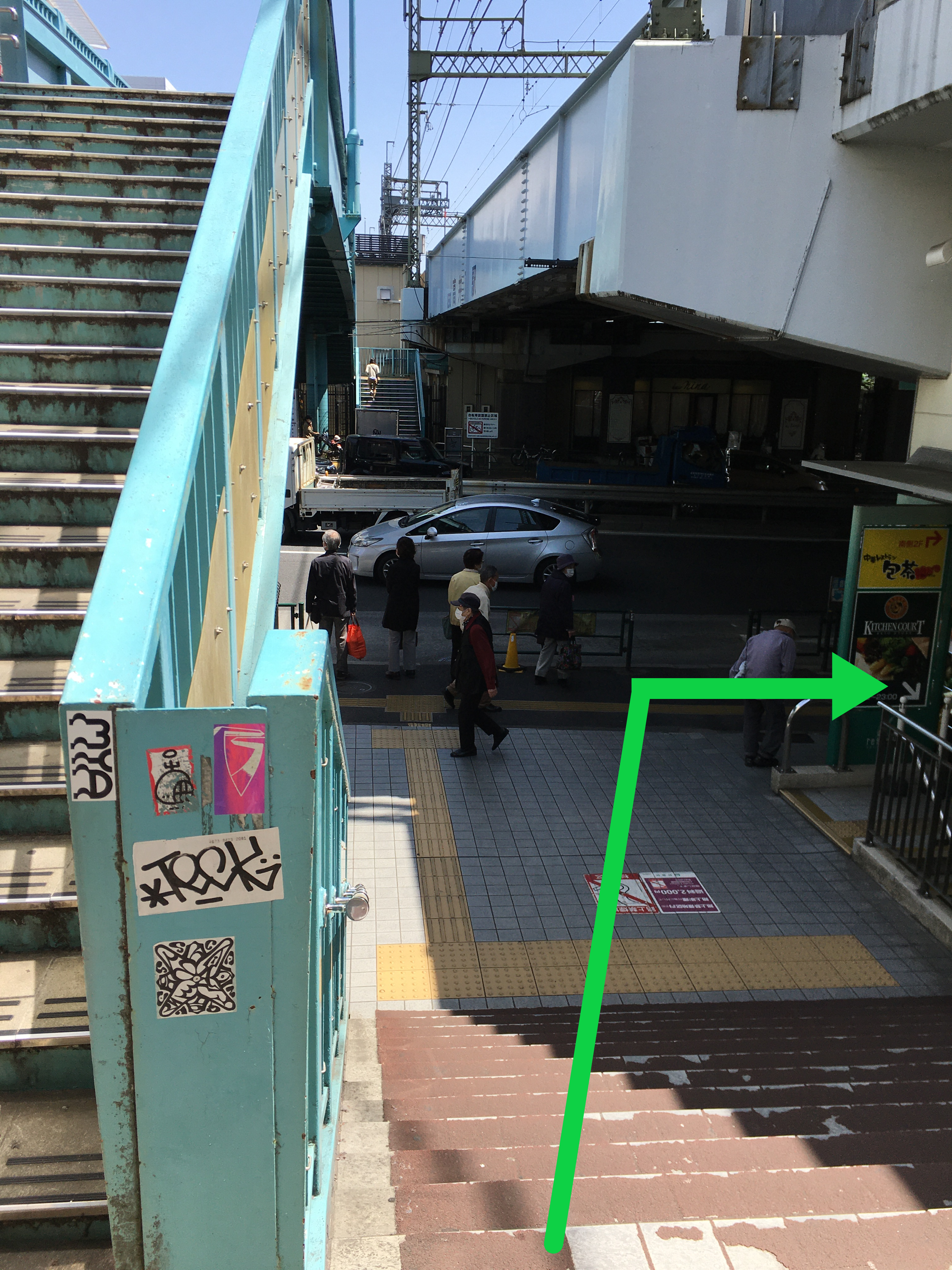 駅正面にある環状八号線の道路を右に進みます
